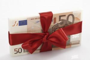 Bündel von Banknoten als Geschenk gebunden